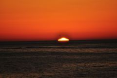 Die Sonne versinkt im Wasser